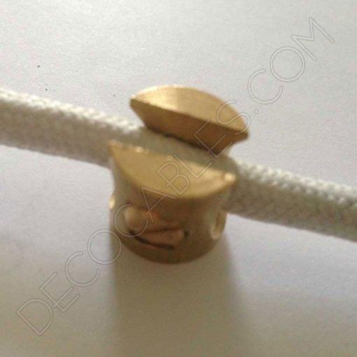 Sujeción metálica para cables en color dorado