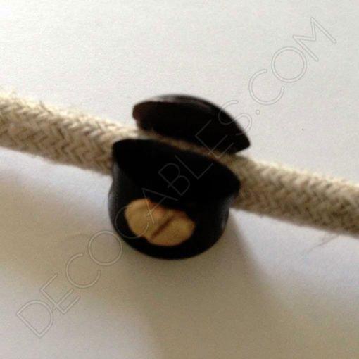 Sujeción metálica para cables en color negro