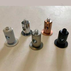 Aislante metálico para sujeción de cables de varios colores